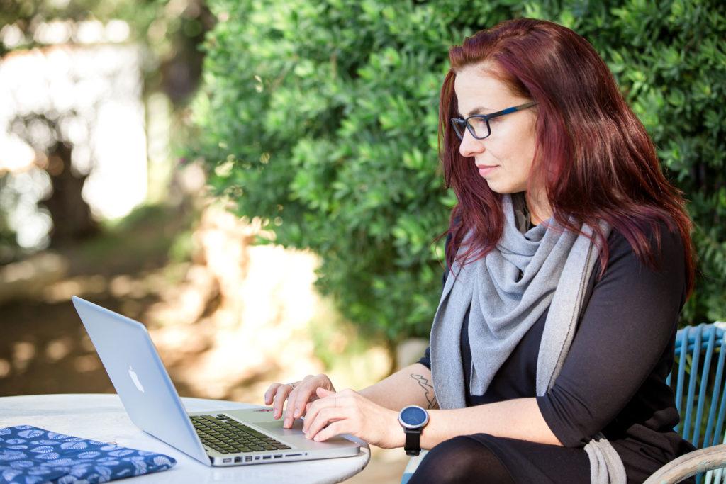 Mira beim Schreiben der neuen Blogartikel