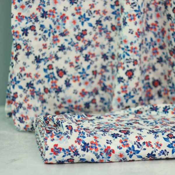 PETITE FLEURS Viskose-Pikee Blumen creme blau 1