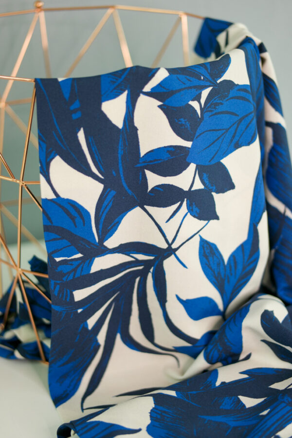 LARGE BLUE LEAVES Viskose-Webware Blumen creme blau